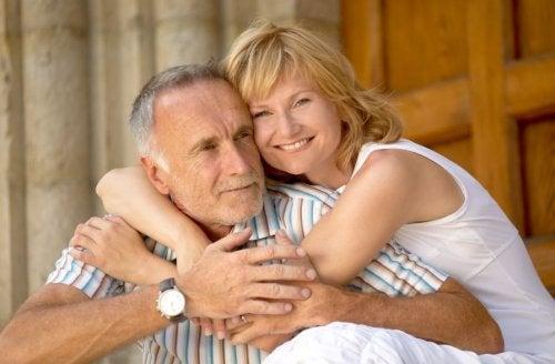 Por qué a los hombres les gustan mujeres más jóvenes que ellos