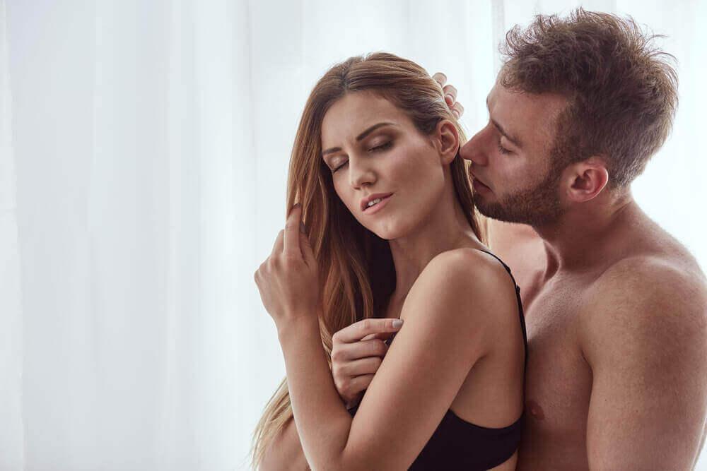 Pareja seduciendo a su pareja de espaldas