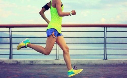 Uno de los consejos para correr una maratón es que no utilices ropa o calzado nuevo