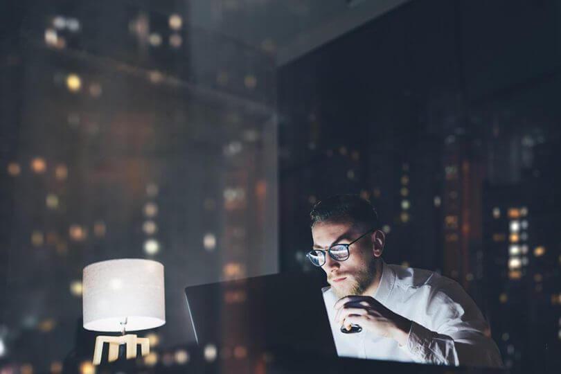 Persona con horario de trabajo nocturno y trastornos del ritmo circadiano