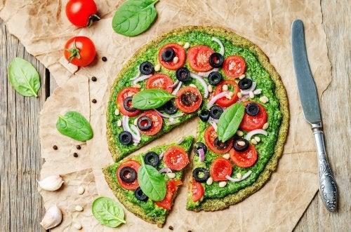 una-pizza-con-brocoli-aceitunas-negras-y-tomate