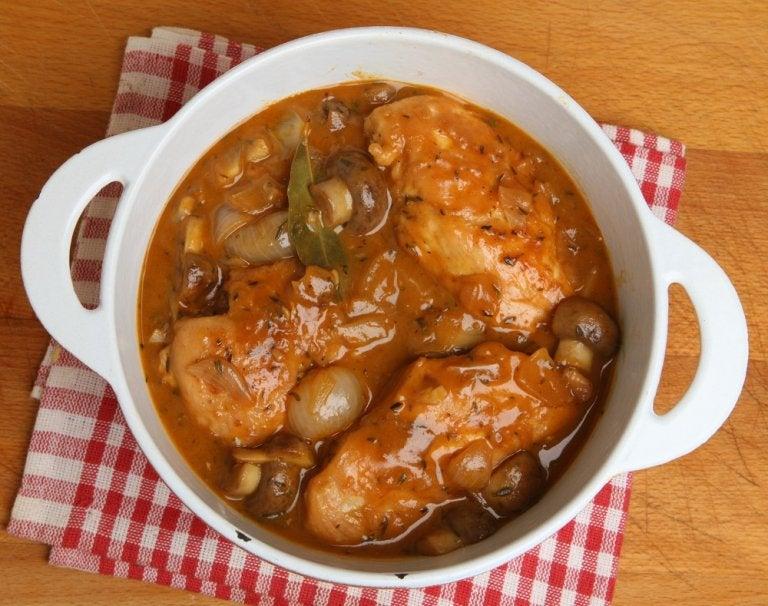 Pollo glaseado con vino de Jerez y hongos, saludable y nutritivo