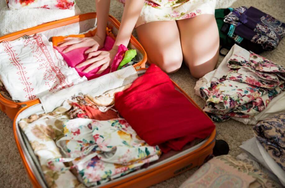 Prepara una maleta para viajar con poco equipaje.