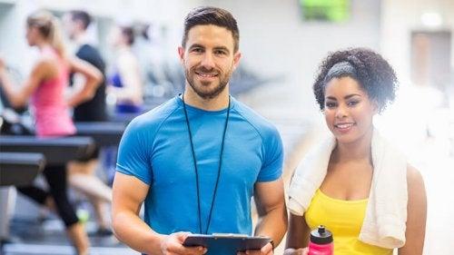 Entrenador con una chica en el gimnasio: diferencias entre coach y psicólogo deportivo