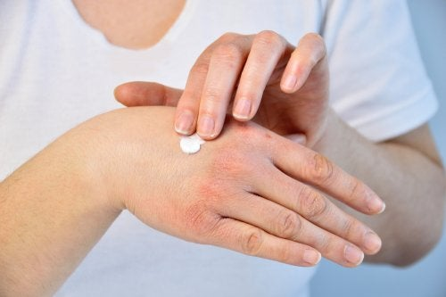 Mujer echándose crema en las manos