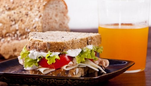 Sandwich integral de pavo y zumo de naranja