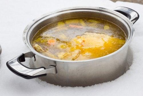 2 maneras de preparar un caldo bajo en grasa