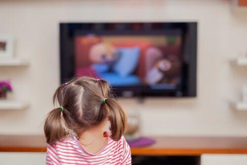Cuánto tiempo tu hijo puede ver el televisor