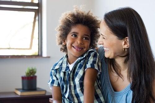 Madre e hijo riendo para reducir su ansiedad.