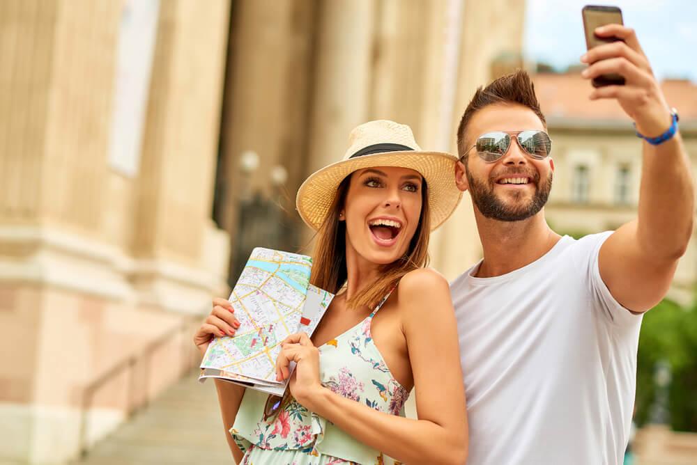 Vacaciones de turistas y mapas.