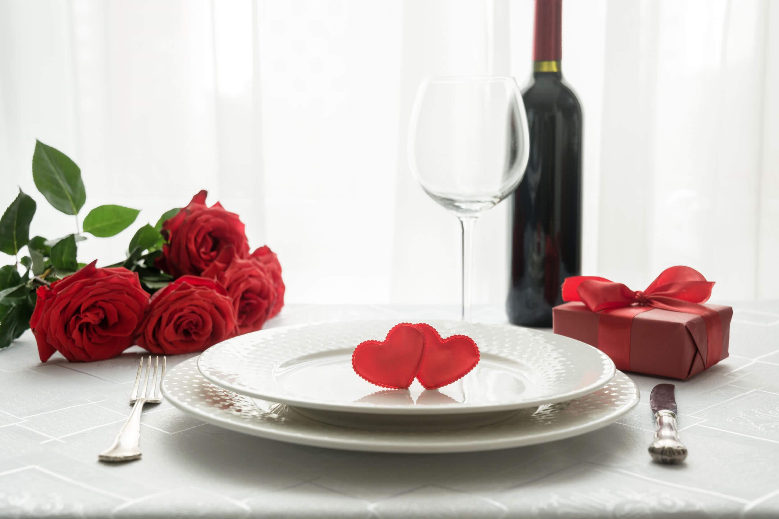 Los regalos para los invitados a la boda pueden incluir las bebidas alcohólicas.