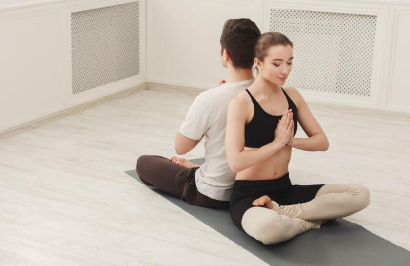 7 posturas de yoga para hacer en pareja