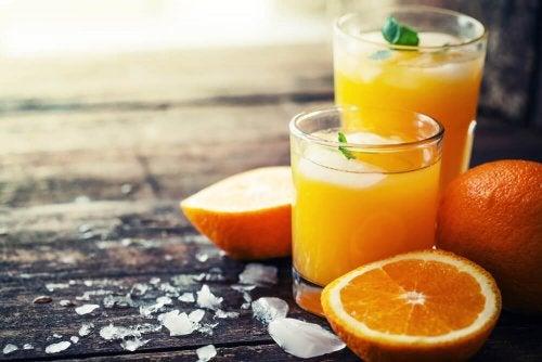Naranjas y zumo de naranja.