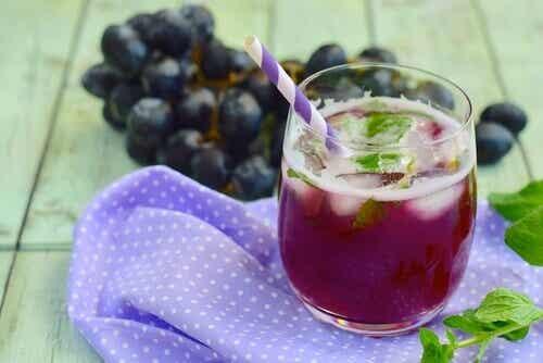 Zumo de uva y hojas de menta