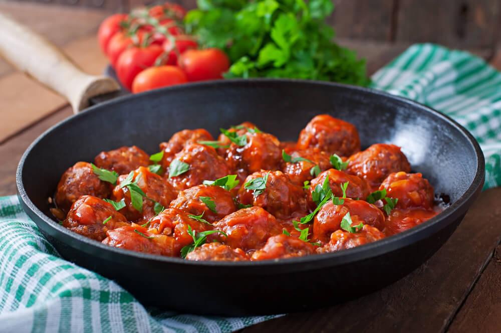 Albóndigas hechas al vapor con tomate y cebolla