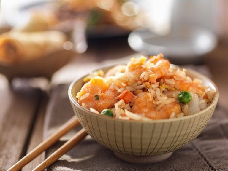 Aprende a preparar arroz frito con esta receta fácil