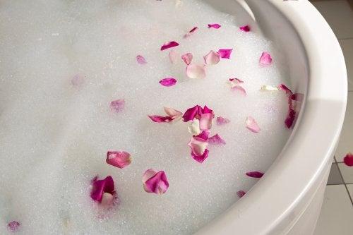 Uno de los posibles juegos preliminares más románticos es el baño de burbujas.