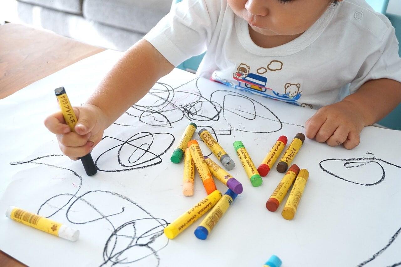 Niño dibujando.