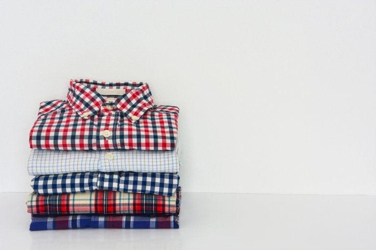 Aprende a doblar tus camisas en tiempo récord