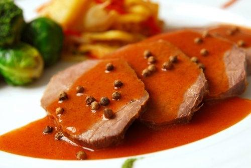 Filetes con salsa de tamarindo y semillas.