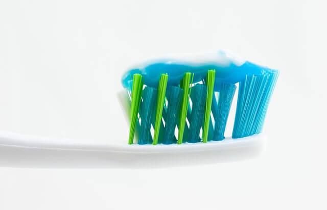 Cepillo con pasta de dientes.