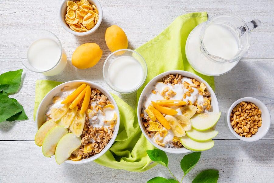 Desayuno con manzanas, cereal y fruta