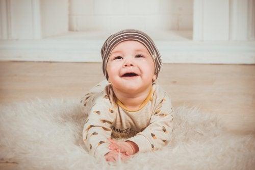 Bebé sin dientes en el suelo