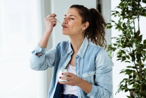 Mujer comiendo un yogur