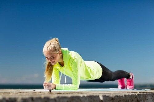 Esta es la mejor manera de entrenar con tu propio peso