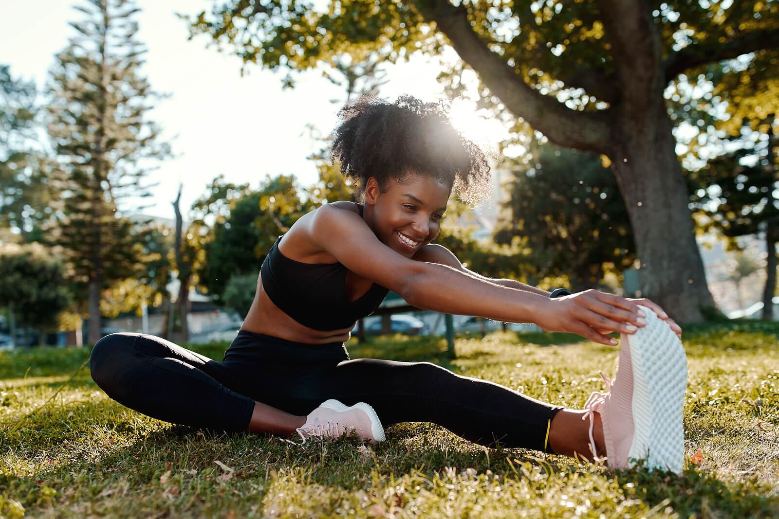 Mujer estira sus piernas antes de correr.