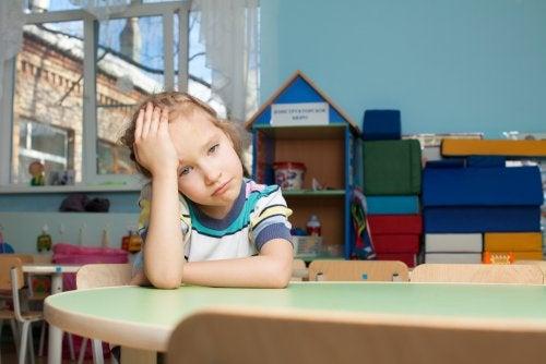 niña que sufre Desorden de ansiedad por separación
