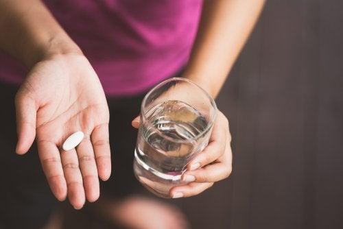 Mujer con pastilla: medicamentos compatibles con la lactancia