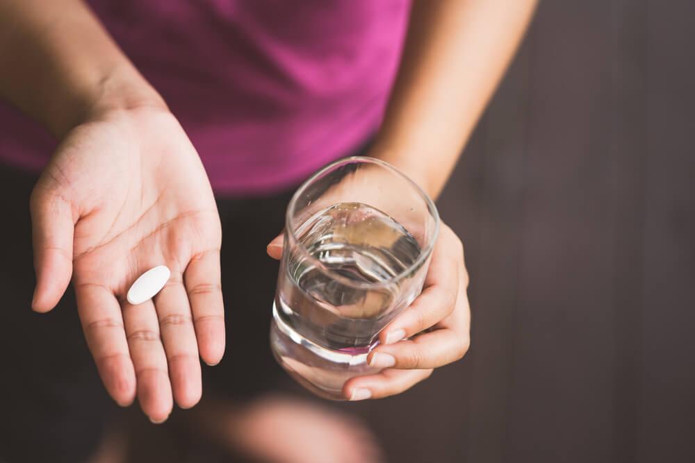 Mujer con pastilla