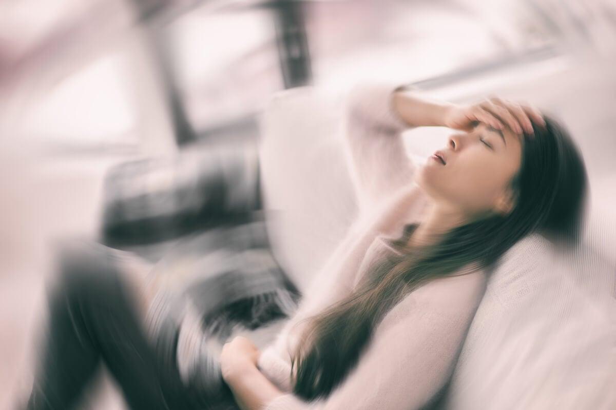 Mujer con síntomas del síndrome de fatiga crónica