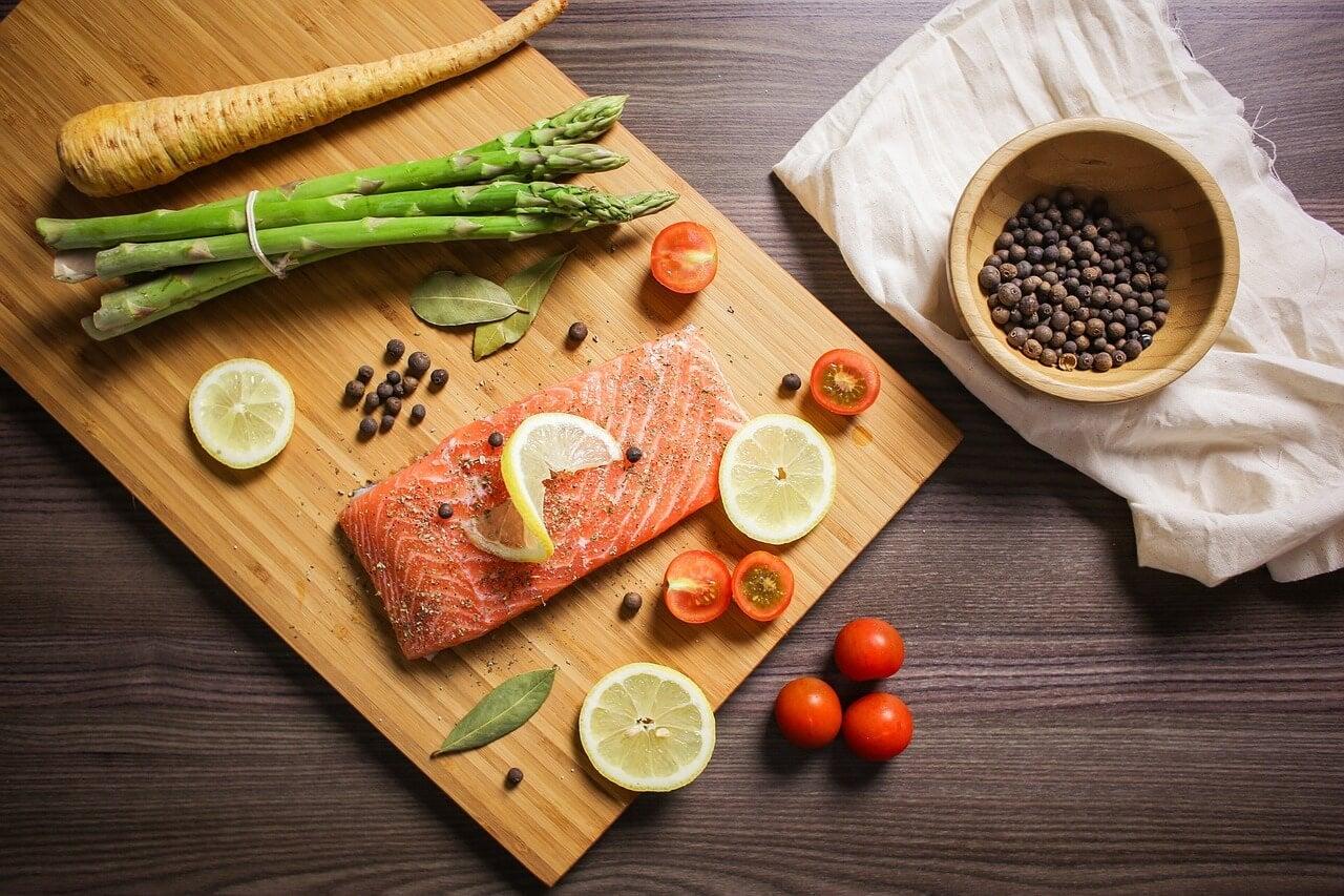 Salmón con especias y verduras.
