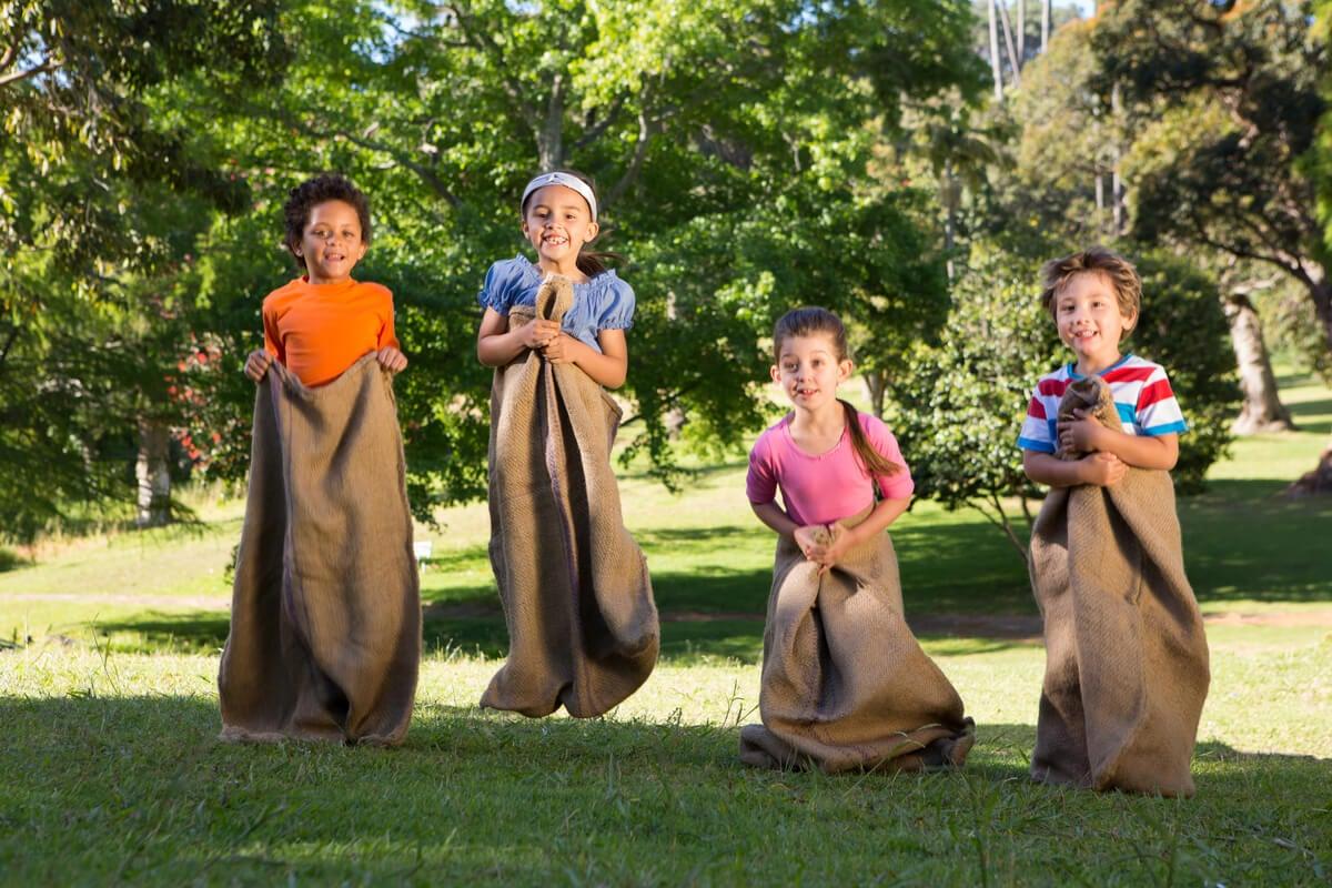 Los juegos para los niños incluyen las actividades al aire libre.