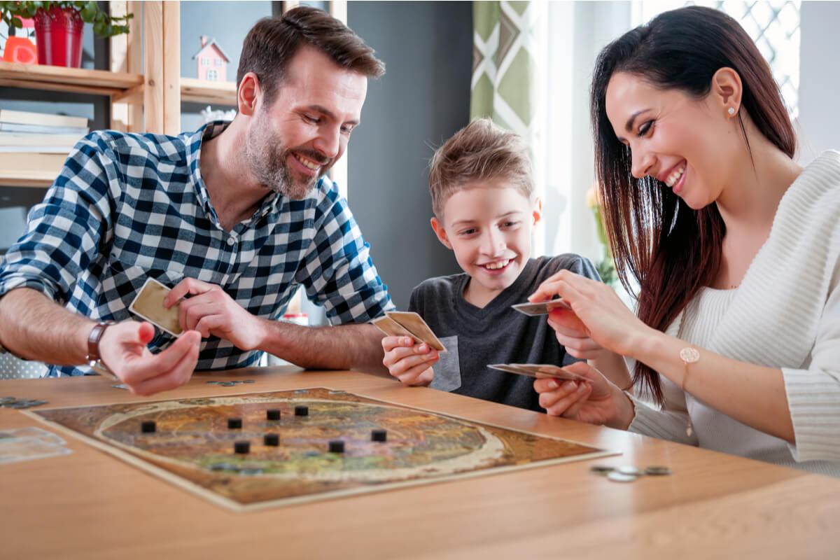 Los juegos para los niños incluyen los juegos de mesa.
