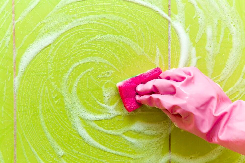 5 trucos para quitar los residuos de jabón de la ducha