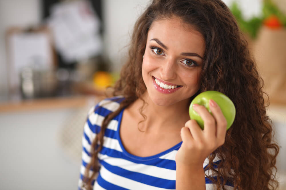 Comer una manzana al día es muy saludable.