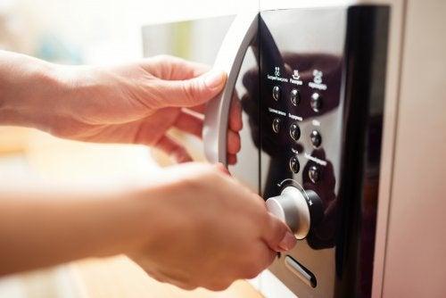 Microondas para desinfectar tus esponjas de cocina