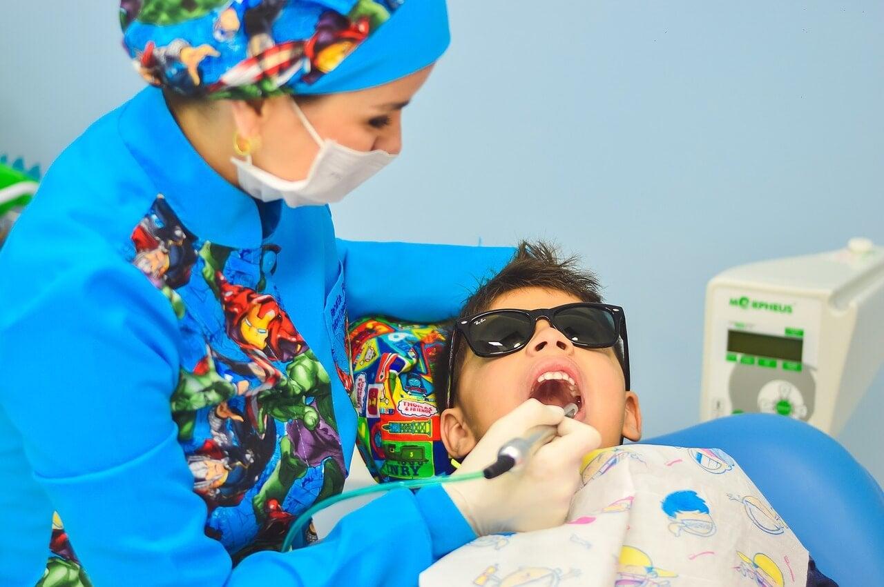 Dentista tratando a un niño.