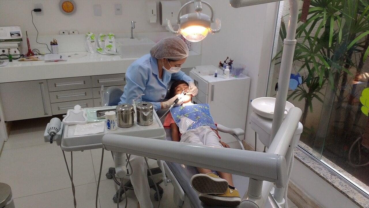 Dentista con un niño en la camilla.