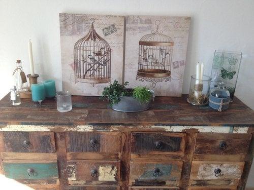 Un mueble al estilo de la decoración grunge.