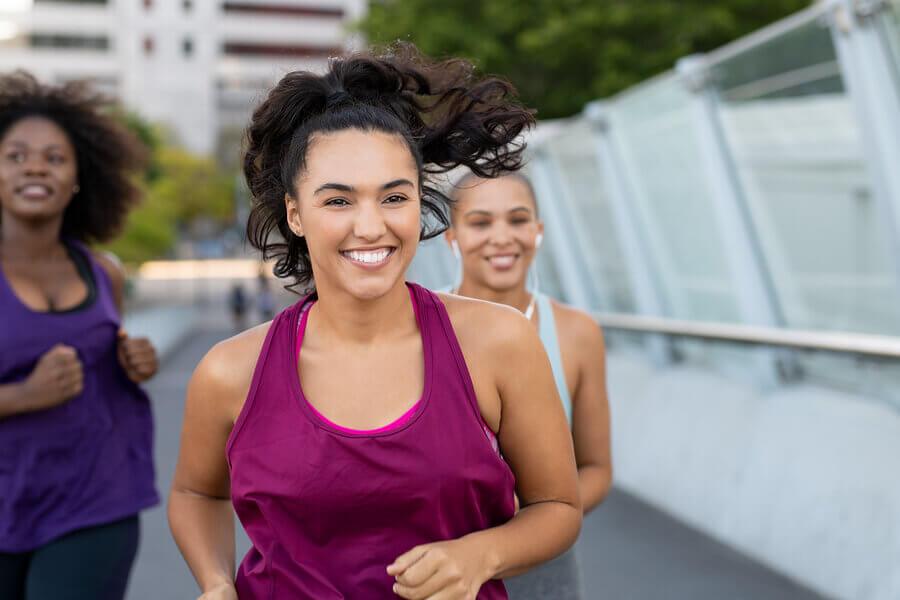 Mujeres corriendo en grupo.