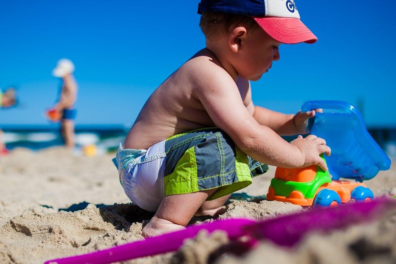 Niño jugando en la arena.