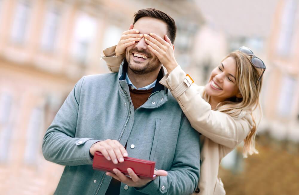 Pareja feliz mostrando que el amor influye en el estado de ánimo