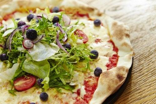 ¿Cómo preparar una pizza de ensalada?