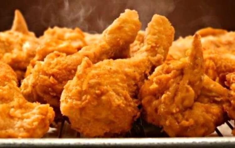 Muslos de pollo frito.