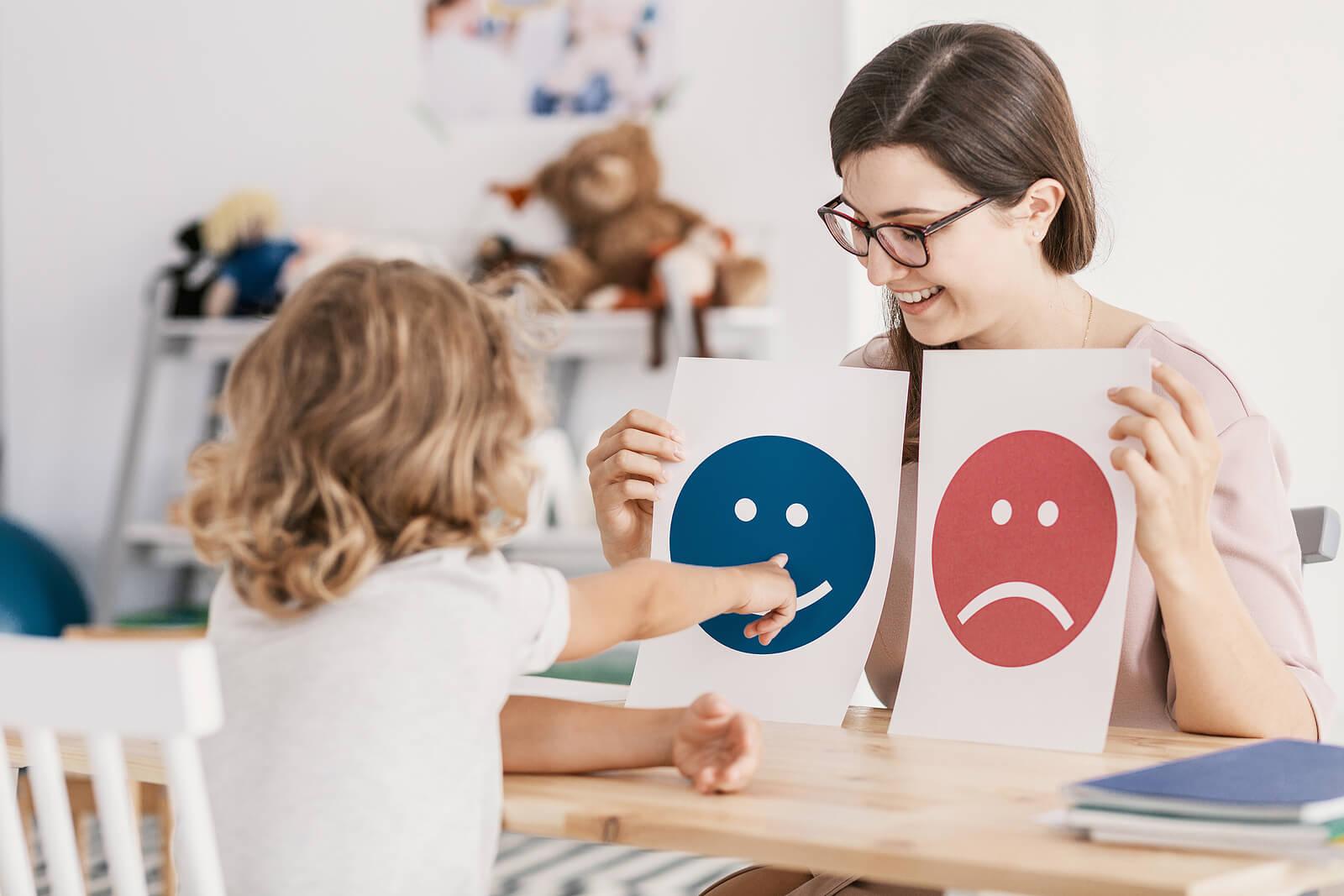 Psicólogo infantil tratando un caso de depresión en niños.