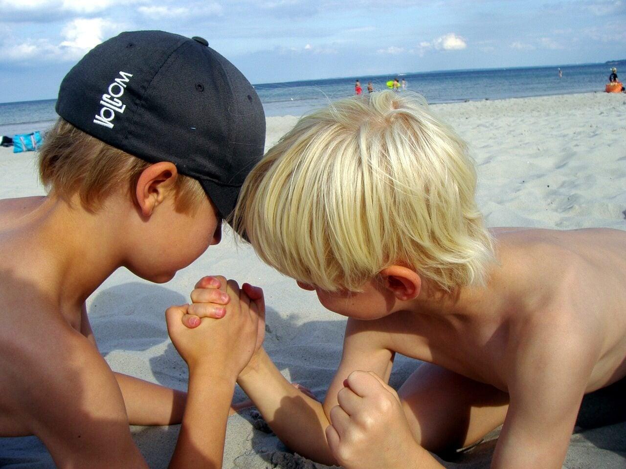 Niños echando un pulso en la playa.